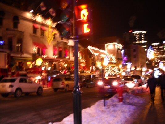 Une rue à Montréal, la nuit de Noël. Photo : © GrandQuebec